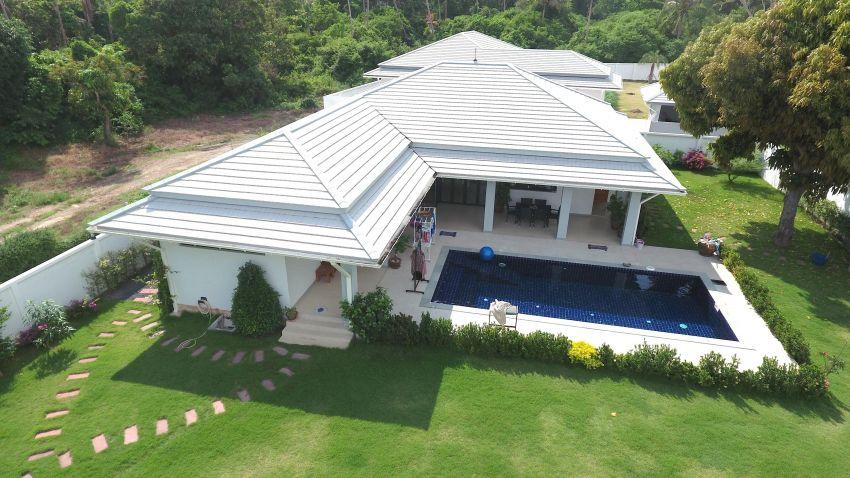 Beautiful 4 beroom villa 150 meters to the beach for sale.