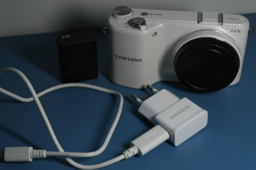 Samsung NX2000 20.3MP Camera, White Body