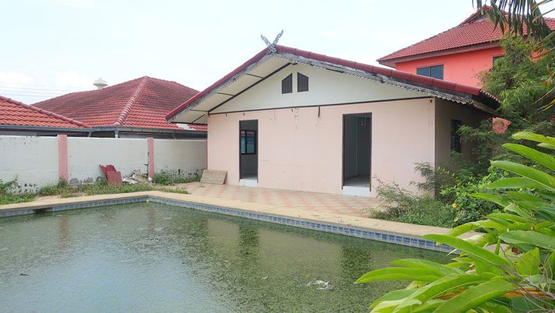 3 houses with pool on 512 m2 plot near center Pattaya