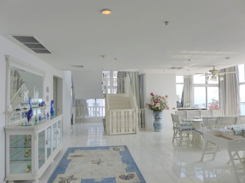 For Rent: Penthouse, 4 bedrooms, right on Pratumnak beach