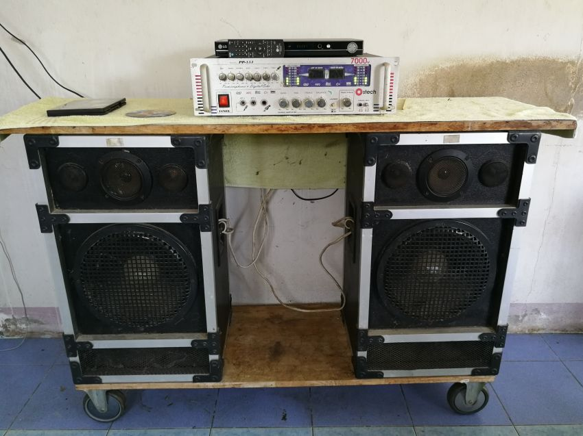 karaoke set with dvd player two loudspeaker and speakers is mobile on four wheels .