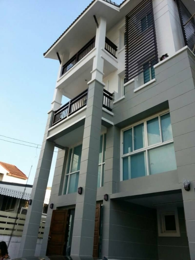2 Townhouse for sale in Ekkamai