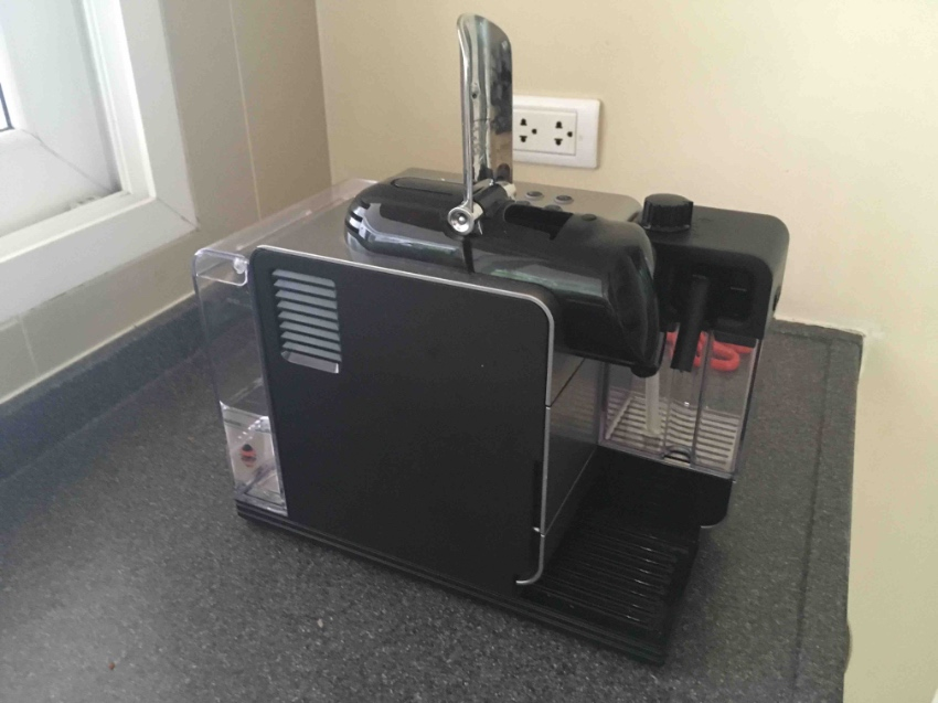 NESPRESSO LATISSIMA COFFEE MACHINE AND MILK FROTHER
