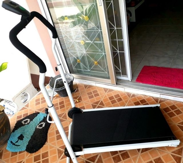 Non motorised treadmill 2 month old for sale