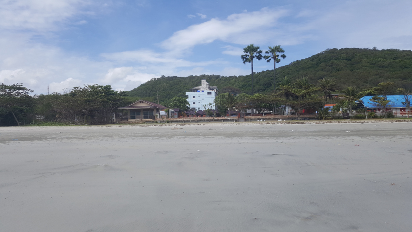 Near Ban Phe - large former double fronted guest house near the beach