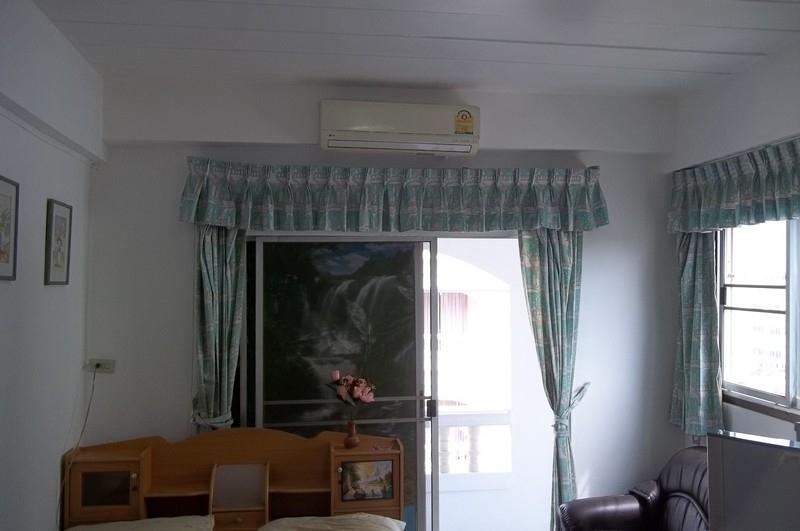 Nirun 'Corner' studio condo for rent-Available Nov. 5