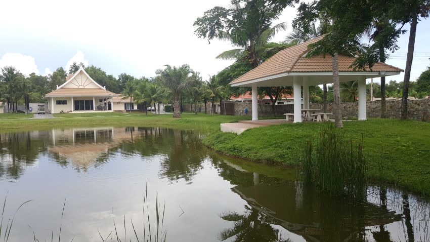 Country Estate with lake, pool villa and space for further house
