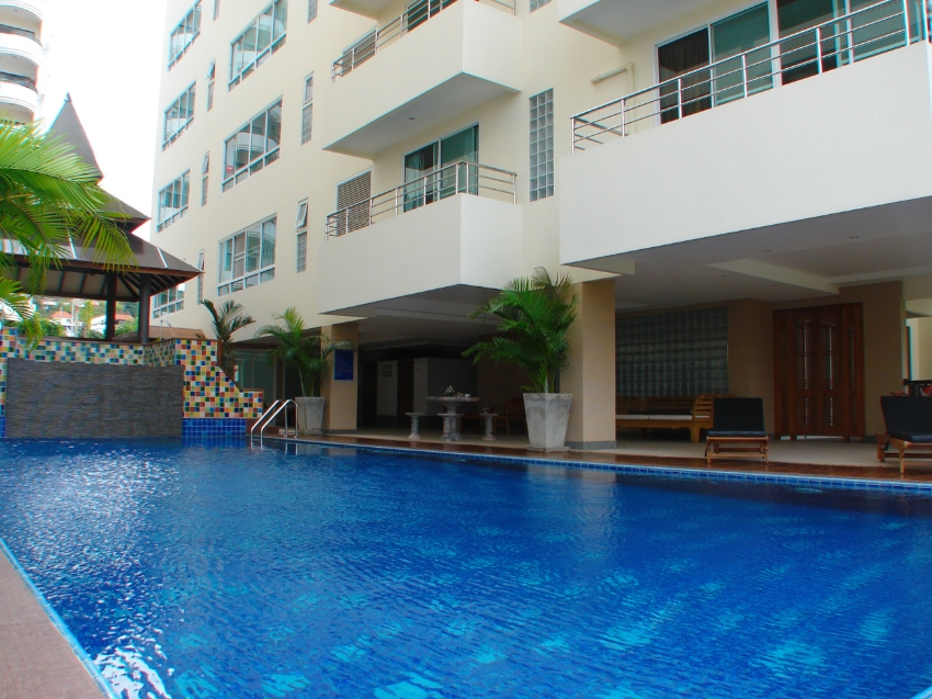 Large spacious 2 bedroom 2 bath condo in Pratumnak