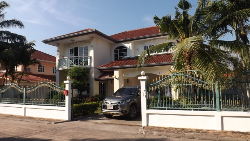 Super Bargain ! Sale 2 Story Villa on big plot 496 sqm @Jomtien Beach