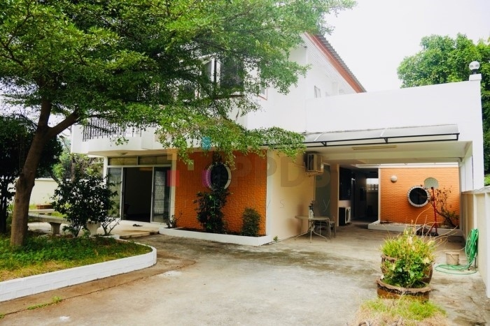 Single House with yard for rent on Sukhumvit road close to Punnawithi