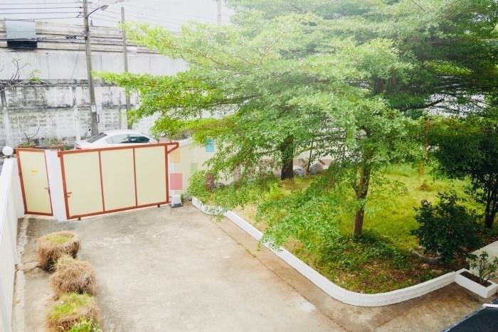 Single House with yard for rent on Sukhumvit road close to Punnawithi