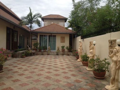 Large 3 Bedroom Villa ,with New Tiled Swimming Pool 18 month ago