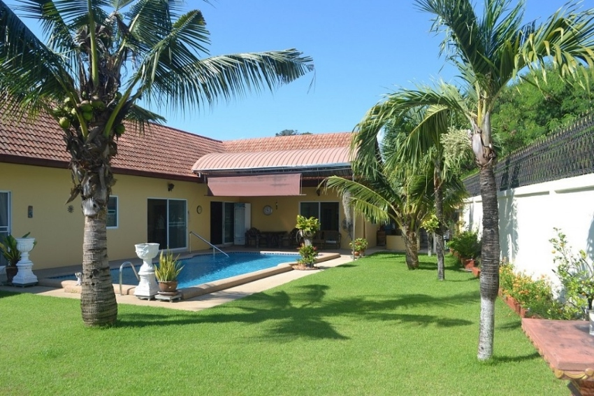 Spacious three bedroom single storey pool house for rent