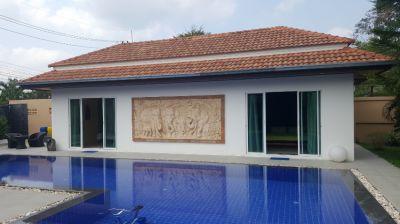 Villa with superb 12m pool & jacuzzi.  Excellent quiet location.