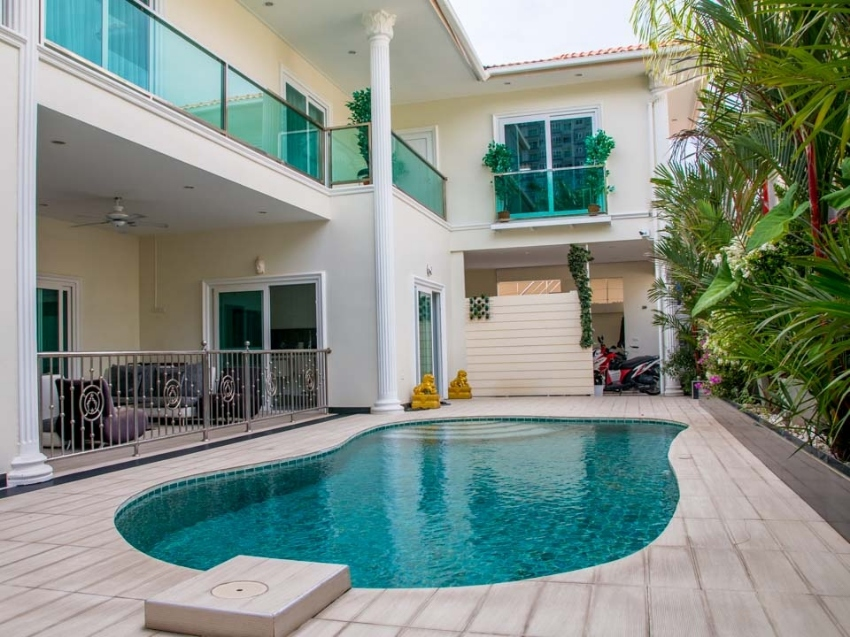 Beautiful Villa Private Beach Access 6 Large Bedrooms, Pool & Office