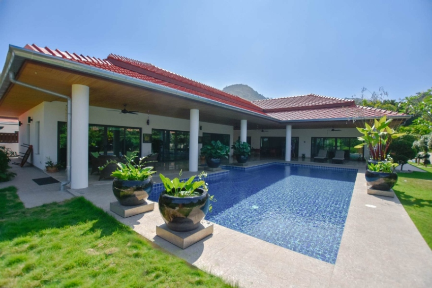 Absolute luxury Balinese style pool villa in excellent south Hua Hin