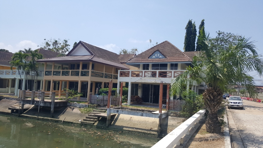 Waterfront house with private mooring  SOLE AGENTS
