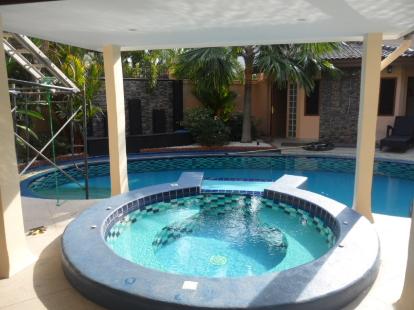 Beautiful 4 Bedroom House with Pool