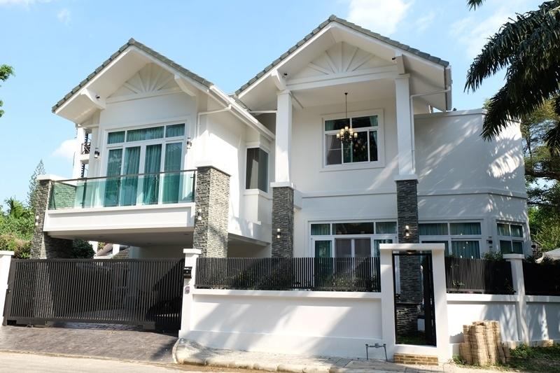Luxury fully furnished house close to town.