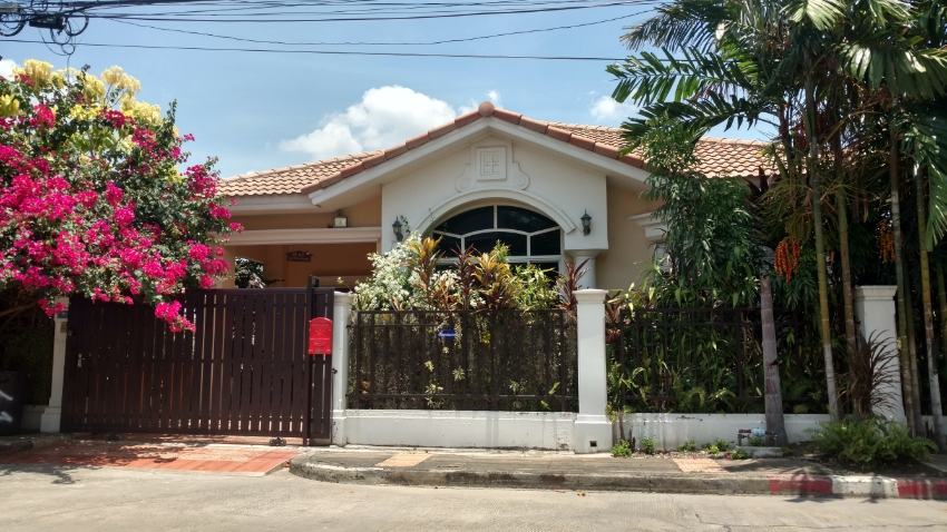 House with private swimming pool