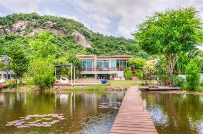 Waterfront villa with breathtaking views walking distance to beach