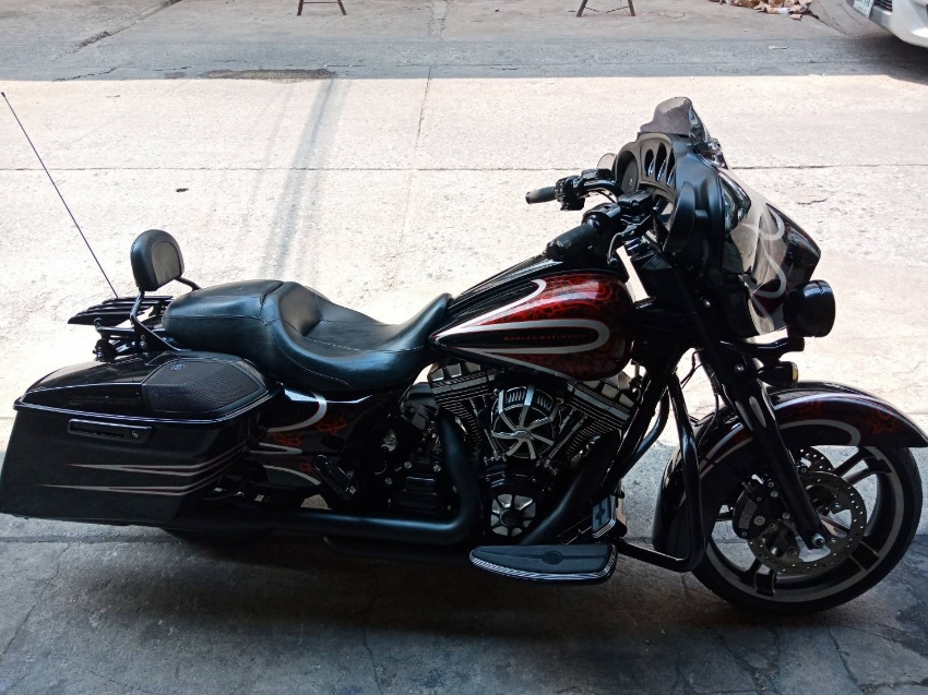 Last chance ! Totally renovated and perfect Streetglide 2014 Custom