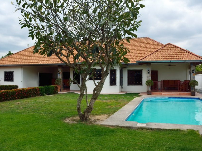 5 bed house, private pool on a large plot of 890sqm reduced to 5.5M