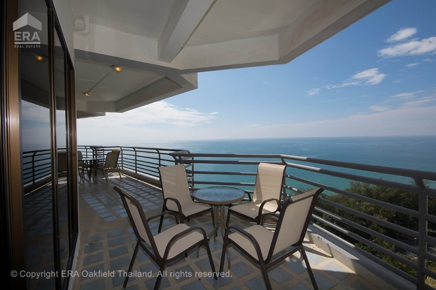 An amazing condo with enormous balcony and unbeatable view.