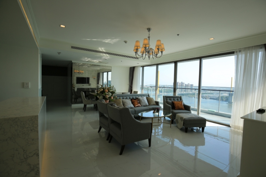 A luxurious 3 bedrooms/bathrooms condo with large balcony
