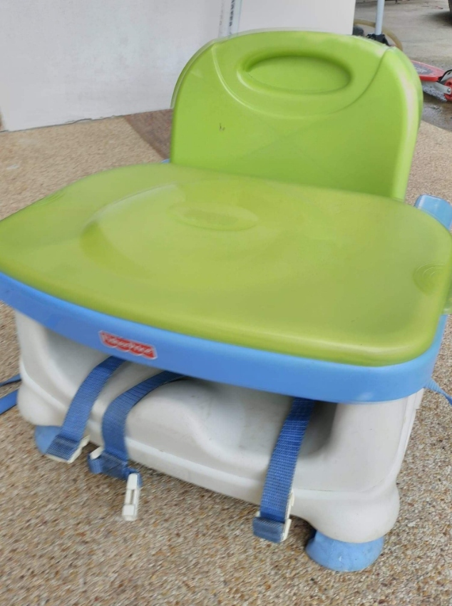Baby chair with feeding tray
