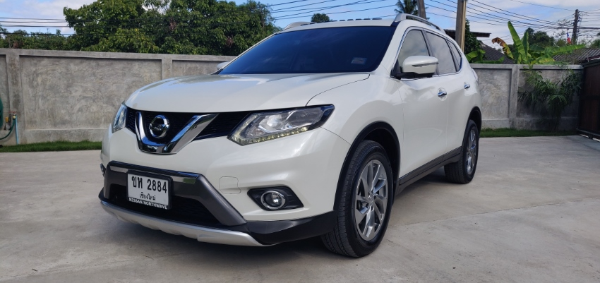 Nissan X-Trail 4WD 2.5L auto top model - White in excellent condition