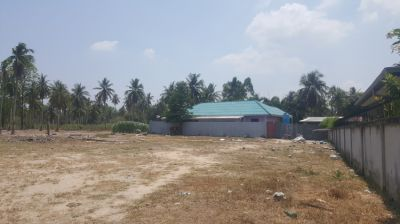 ADJOINING FARMLAND AT END OF SMALL SOI.  EASILY ACCESSIBLE.
