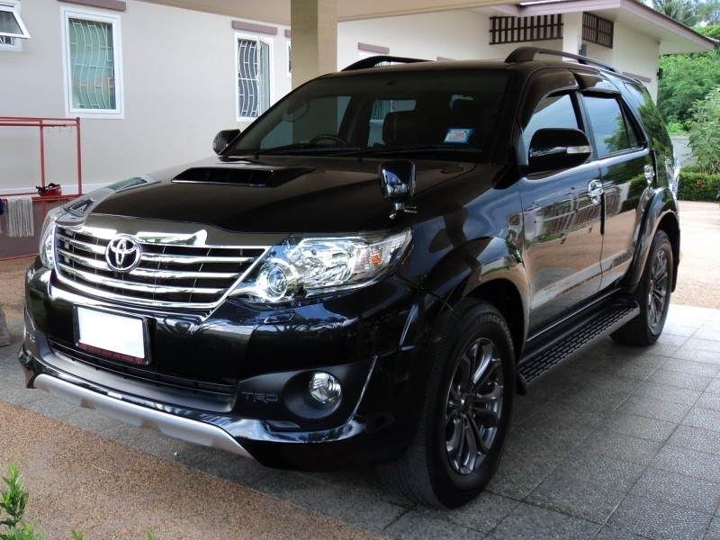 IMMACULATE 2013 TOYOTA FORTUNER 3.0 TRD SPORTIVO SUV IN BLACK