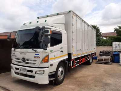 Hino 500 Superlong 6 wheel truck