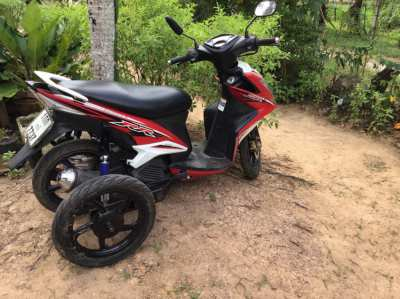 Yahama motorbike 125CC with two extra wheels