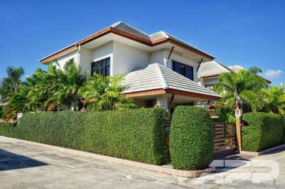 Beautiful and spacious house with swimming pool for sale!