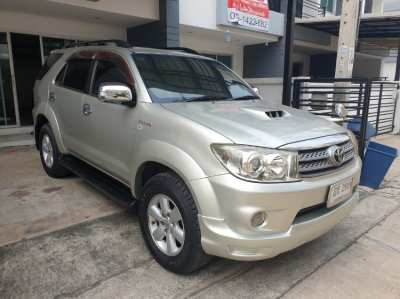 Selling a Toyota Fortuner 3.0 V year 2010 (year 08-11) SUV diesel.