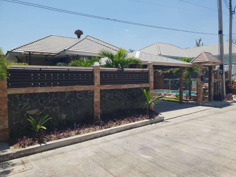 Beautifully Maintained Upgraded 3 BR 2 Bath Pool Villa Near Town