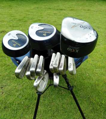 Full set of Dunlop Maxfli golf clubs in bag