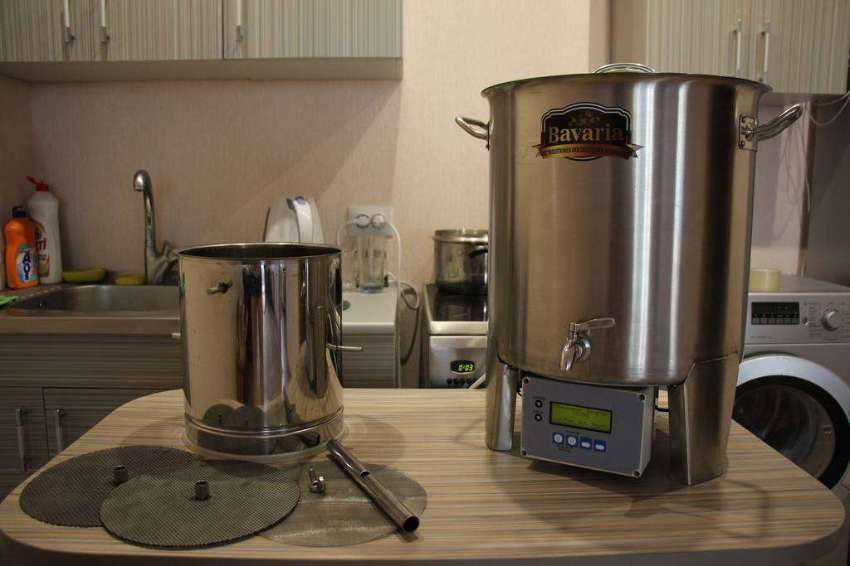 Brewing machine with accessories for a complete cycle.