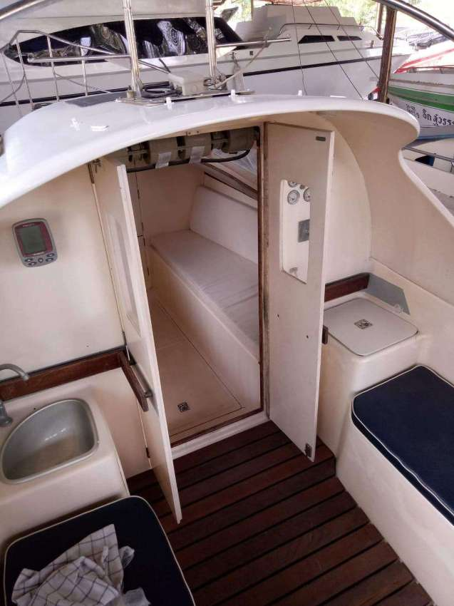 Motorboat cruise for sale / The boat is a crusing motoryacht.