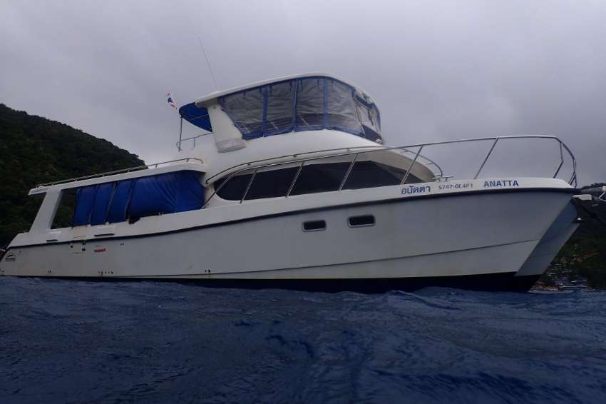 High speed tour and dive catamaran