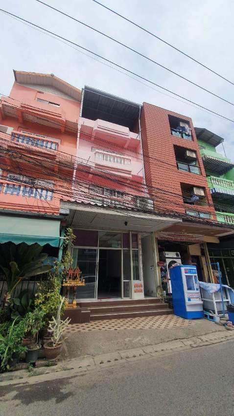 SHOPHOUSE NEAR SOI SOI BUAKHAOFOR RENT WITH ROOMS FOR RENT!