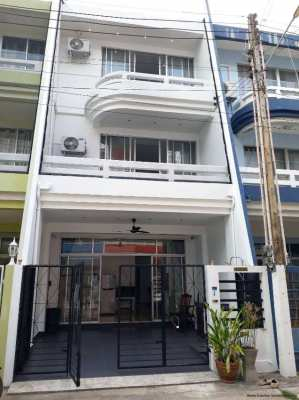 Attractive 3 story townhouse only 180 meters from Mae Ramphueng beach!