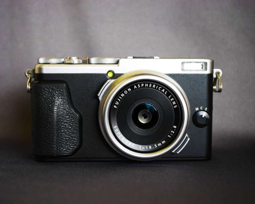 Fuji Fujifilm X70 Digital Wi-Fi Camera with Fujinon 18.5mm f/2.8 Lens