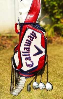Full set of Callaway golf clubs in bag.
