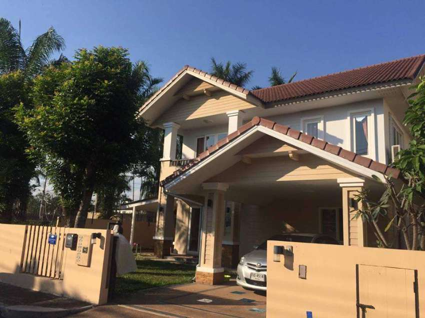 A well-built corner house with nice garden in the quality housing proj
