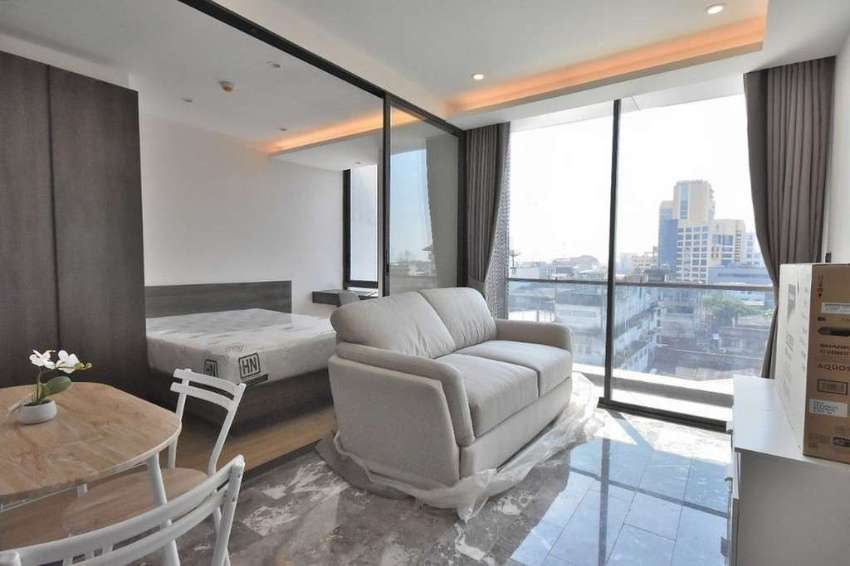 Brand New 1 Bedroom Unit Near Top Floor at 168 Sukhumvit 36 Luxury Con