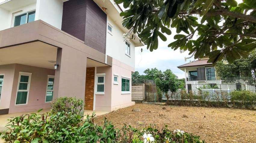 (HS307-03) *GREAT DEAL!* Lovely 3-Bedroom Family Home on a Double Lot