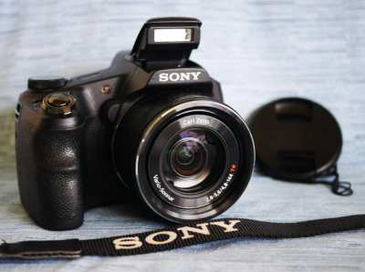 Sony HX200 Camera with Carl Zeiss® Vario-Sonnar 27-810mm f2.8 lens